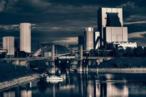 Bild 12: Hubbrücke Walsum mit dahinter liegendem Kraftwerk