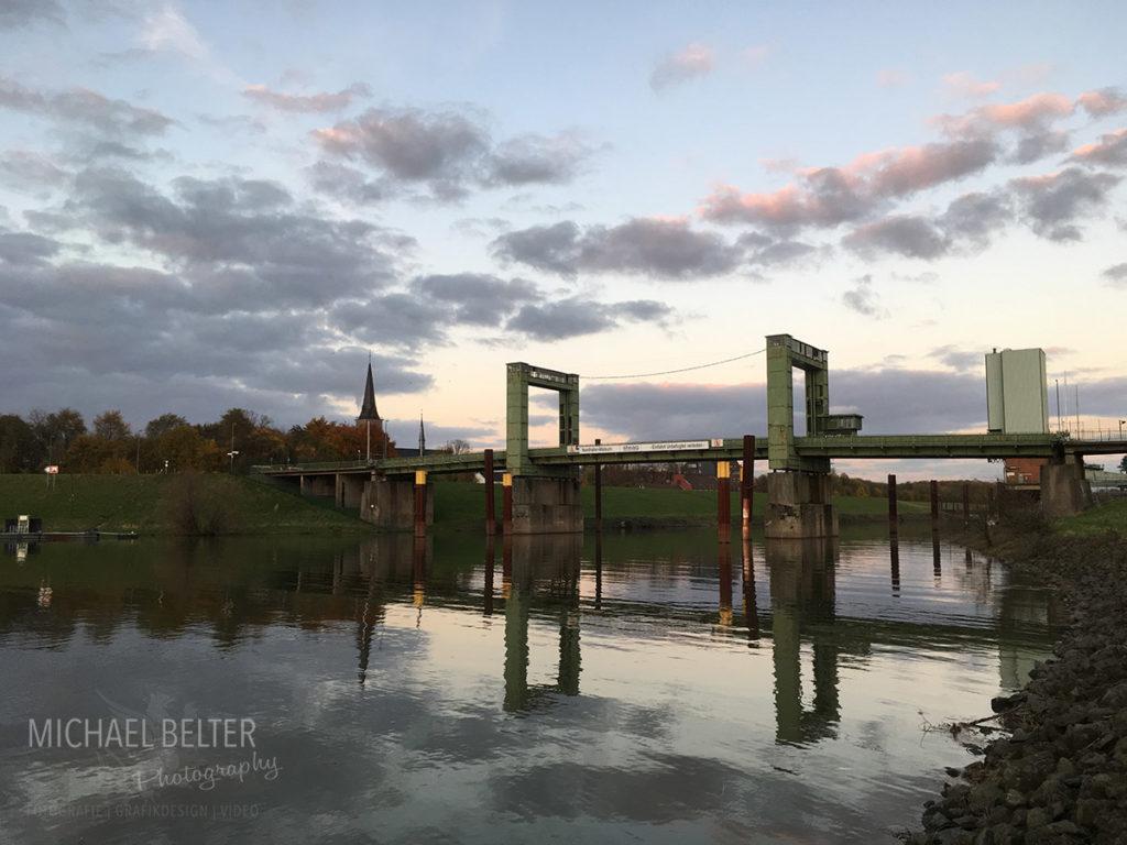 Bild 09: Hubbrücke Walsum vom Wasser aus gesehen 2017