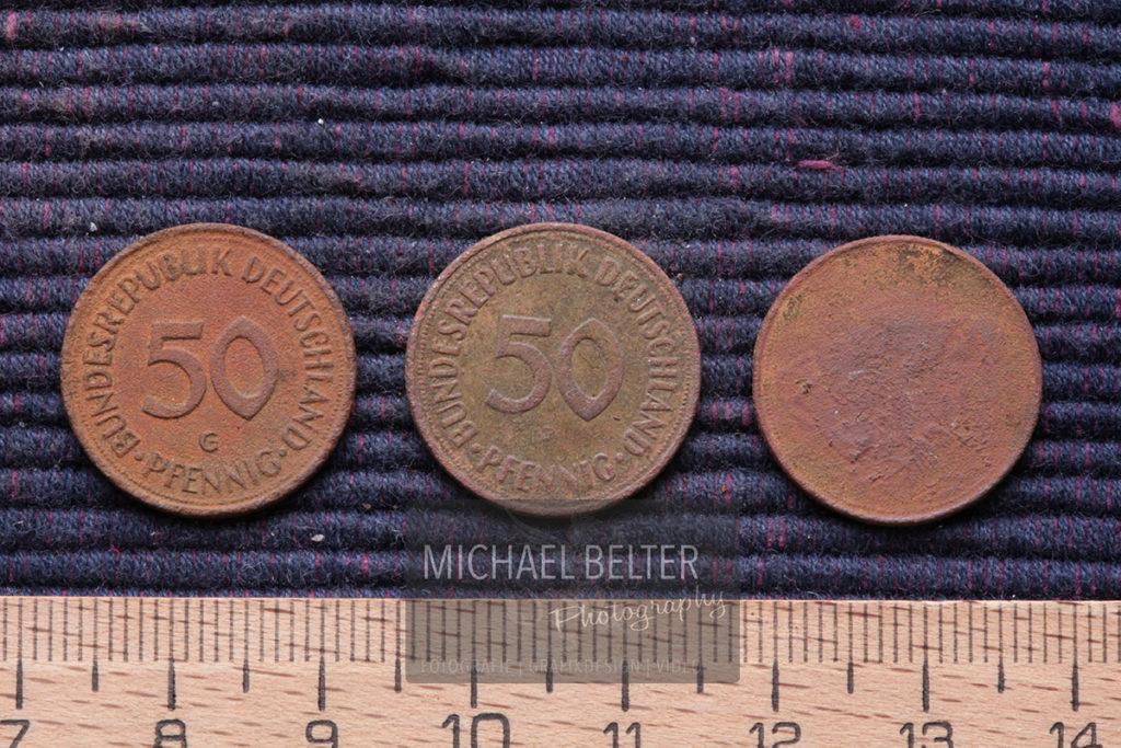 Makrofotografie 3 alte Fünfzig-Pfennig-Stücke (D 1983, 1950, 1949) © Michael Belter Photography